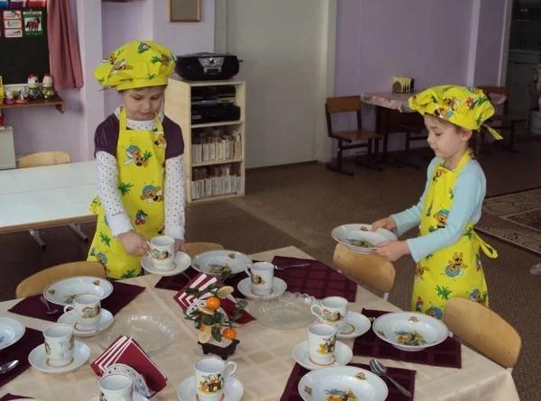 Дети накрывают на стол