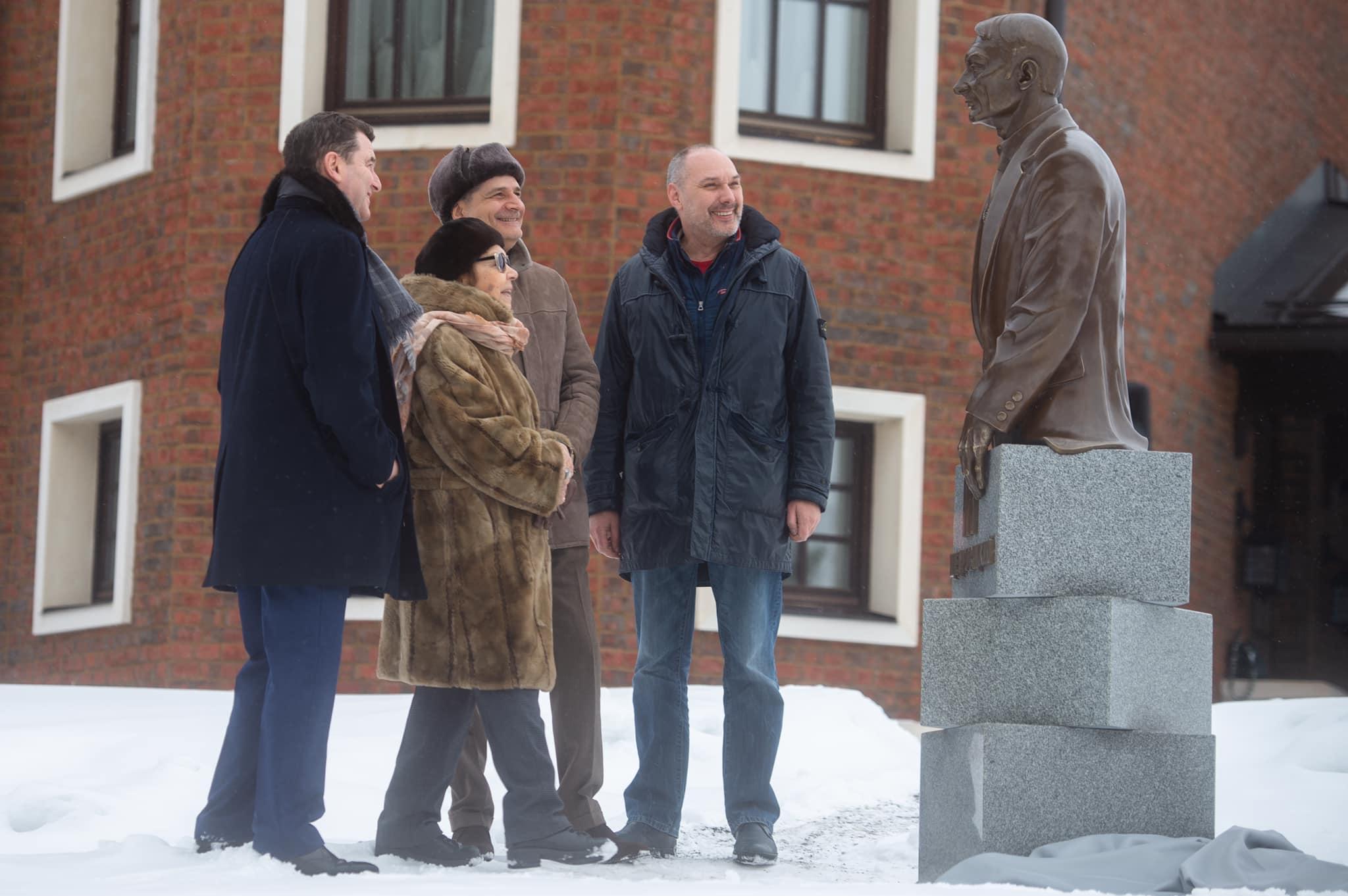 у памятника Георгию Щедровицкому